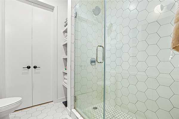 Photo #17 Enjoy the spa-like experience in the stylish shower!